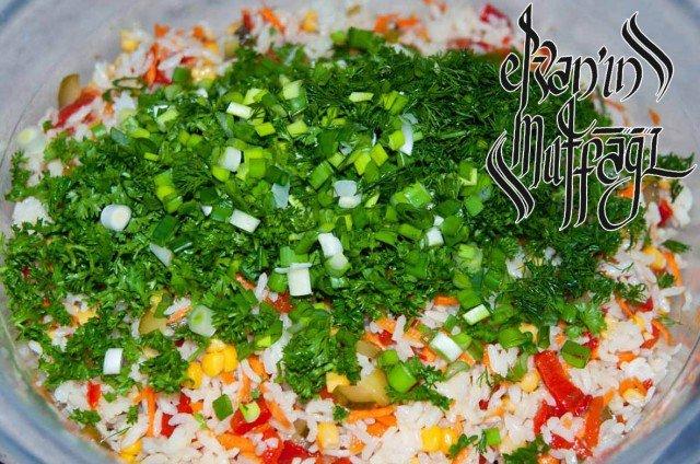 767 640x424 Pirinç Salatası